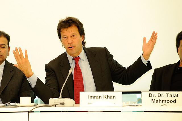 """Konferenz: Pakistan und der Westen - Imran Khan  Pakistan ist ein Kriegsgebiet. Es hat neben einer Vielzahl anderer Probleme, die dringend die Etablierung von Rechtsstaatlichkeit und demokratischen Strukturen erfordern, mit großen Bedrohungen von Militanten, Aufständischen und Terroristen zu kämpfen. Im Lichte der derzeitigen Krise diskutierten hochrangige Gäste aus Pakistan und mehrere deutsche Experten über Strukturen und Defizite der Rechtsstaatlichkeit wie auch die derzeitige Sachlage, parallele Rechtssysteme, die Beziehungen zwischen Politik und Judikative und die Rolle politischer Parteien und der Gesellschaft.   Die Heinrich-Böll-Stiftung veranstaltete am 26. Oktober 2009 eine Konferenz und Fachdiskussion unter dem Titel """"Rule of Law: The Case of Pakistan"""". Eine Dokumentation finden Sie auf www.boell.de/weltweit/asien/asien-7872.html.   Foto: Stephan Röhl"""
