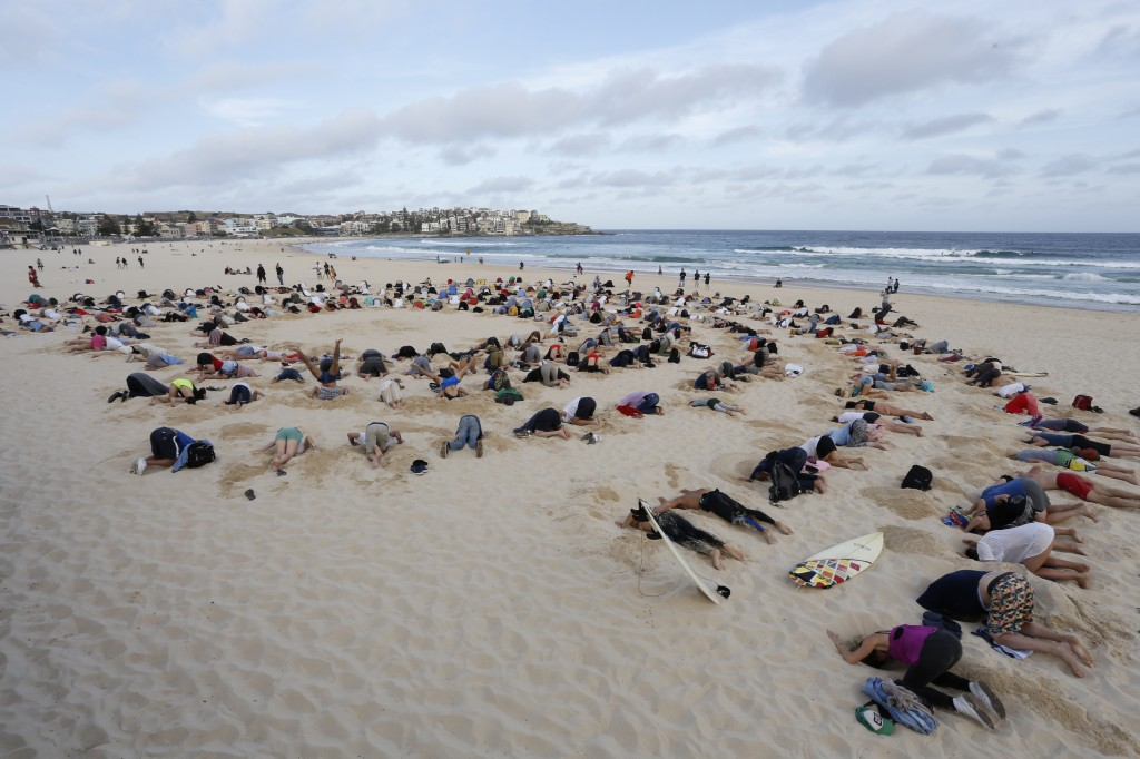 Hundreds of Australians buried their heads in the sand at Bondi Beach to protest Australia's climate change policy. Photo from 350.org