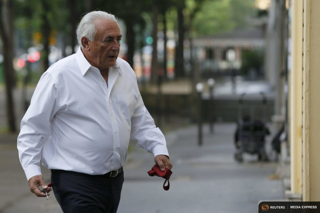 Former IMF head Dominique Strauss-Kahn holds keys and a tie as he walks towards his apartment in Paris, France, June 12, 2015. REUTERS/Gonzalo Fuentes