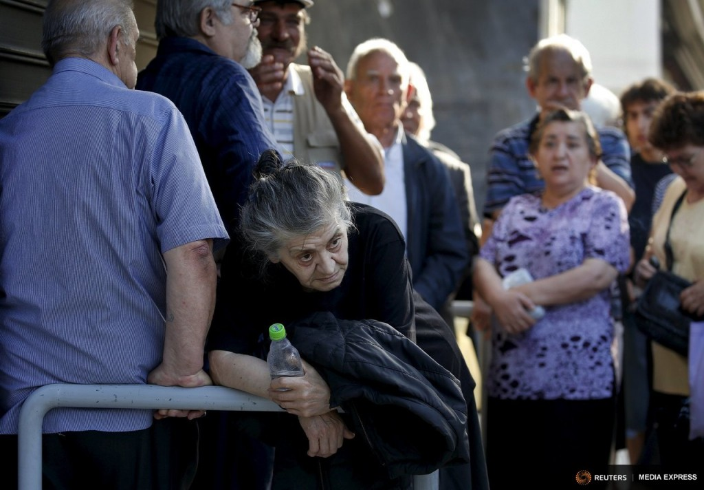 Pensioners line-up outside a branch of the National Bank of Greece hoping to get their pensions, in Athens, Greece June 29, 2015. REUTERS/Yannis Behrakis