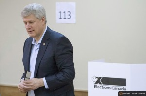 Canada's Prime Minister and Conservative leader Stephen Harper casts his ballot at a polling station in Calgary, Alberta, October 19, 2015. Canadians go to the polls for a federal election on Monday. REUTERS/Jonathan Hayward/Pool