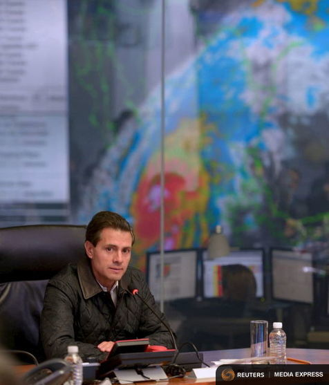 Mexico's President Enrique Pena Nieto leads a meeting with members of the government as a satellite image of Hurricane Patricia is displayed on a screen in Mexico City October 23, 2015.  REUTERS/Presidency of Mexico/Handout via Reuters