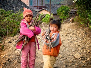 Village children collect firewood for cooking fuel, Tianlin County, Guangxi Zhuang Autonomous Region, China. Photo by Nick Hogarth for Center for International Forestry Research (CIFOR). CC