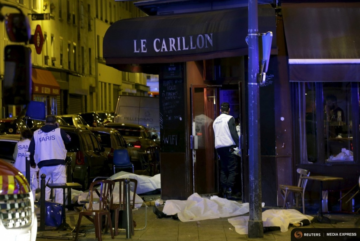 A general view of the scene that shows the covered bodies outside a restaurant following a shooting incident in Paris, France, November 13, 2015.   REUTERS/Philippe Wojazer