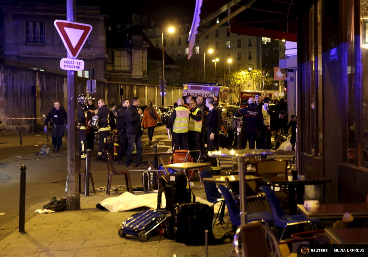 A general view of the scene that shows rescue services near the covered bodies outside a restaurant following a shooting incident in Paris, France, November 13, 2015.   REUTERS/Philippe Wojazer