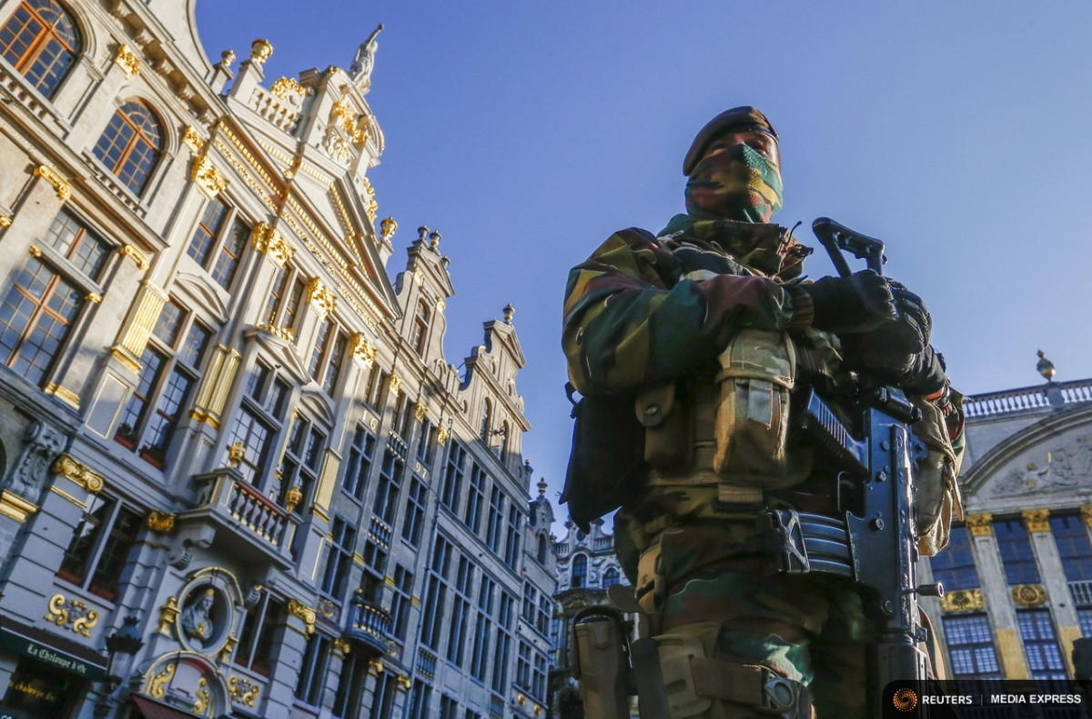 A Belgian soldier patrols in Brussels' Grand Place as police searched the area during a continued high level of security following the recent deadly Paris attacks, Belgium, November 23, 2015. REUTERS/Yves Herman