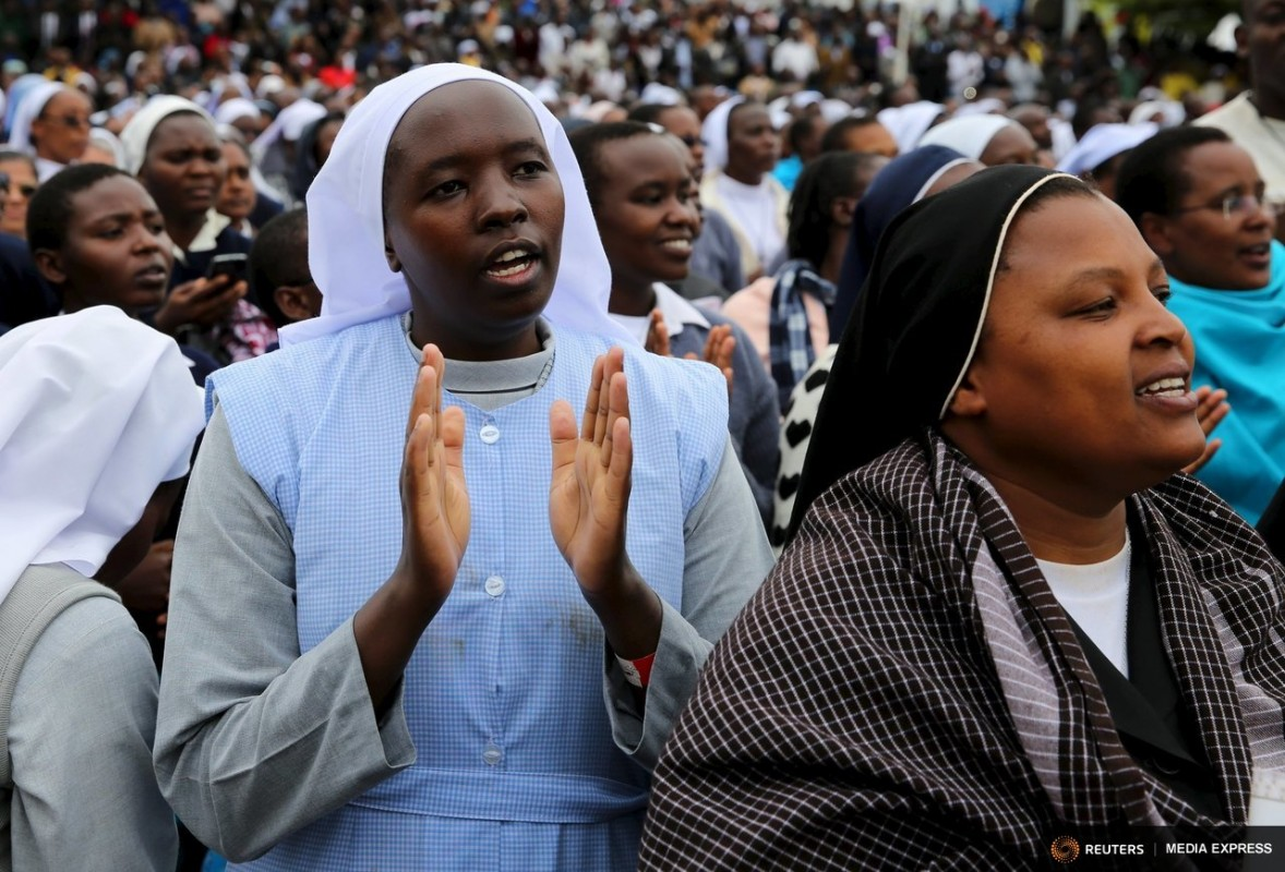 Catholic nuns pray during a mass by Pope Francis, as rain falls in Kenya's capital Nairobi, November 26, 2015.REUTERS/Goran Tomasevic