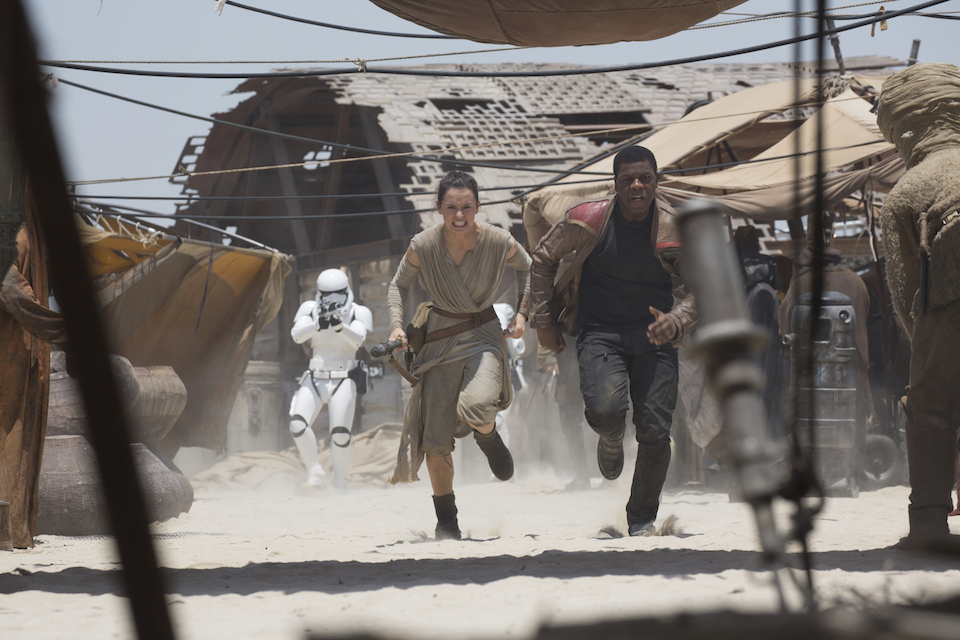 sw_vii_rey_and_fin_run_from_storm_troopers