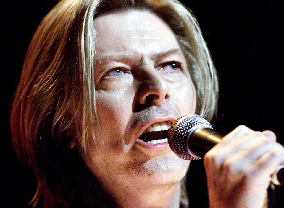 Entertainer David Bowie sings at the Yahoo! Internet Life Online Music Awards in New York July 24, 2000. REUTERS/File