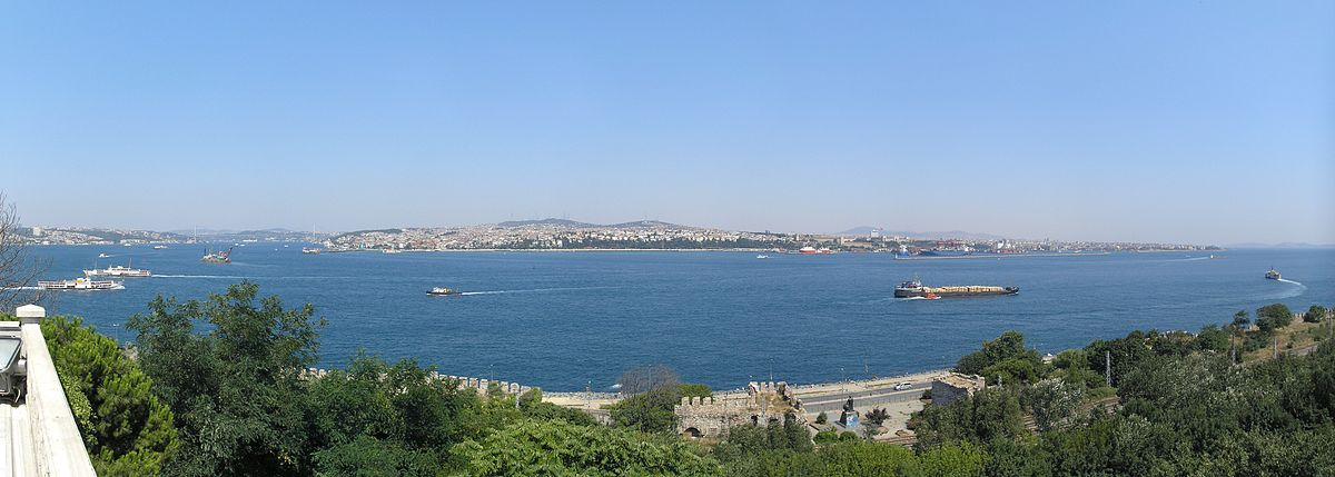 View of the entrance to the Bosphorus from the Sea of Marmara, as seen from the Topkapı Palace. Photo Gryffindor/Wikipedia