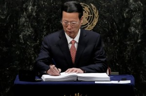 Chinese Vice-Premier Zhang Gaoli signs the Paris Agreement on climate change at United Nations Headquarters in Manhattan, New York, U.S., April 22, 2016. REUTERS/Mike Segar