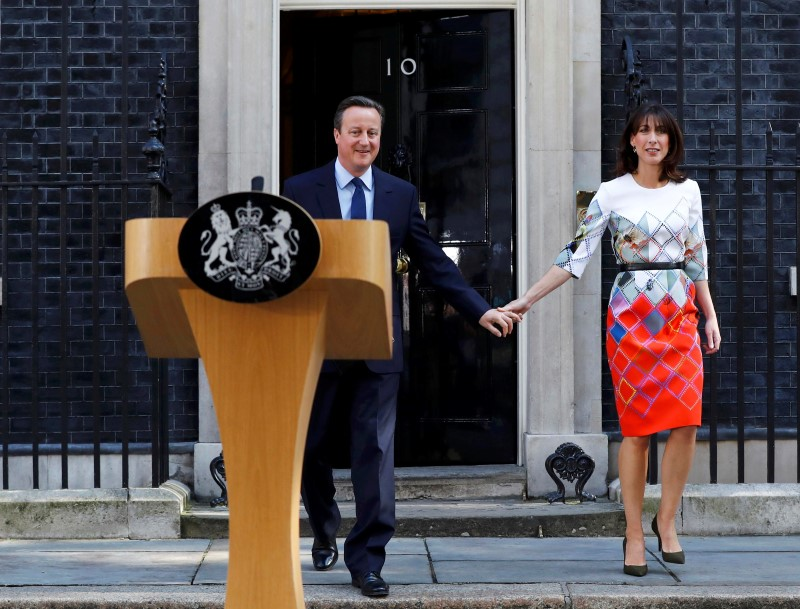 Britain's Prime Minister David Cameron walks out of 10 Downing Street with his wife Samantha as he prepares to speak after Britain voted to leave the European Union, in London, Britain June 24, 2016.    REUTERS/Stefan Wermuth
