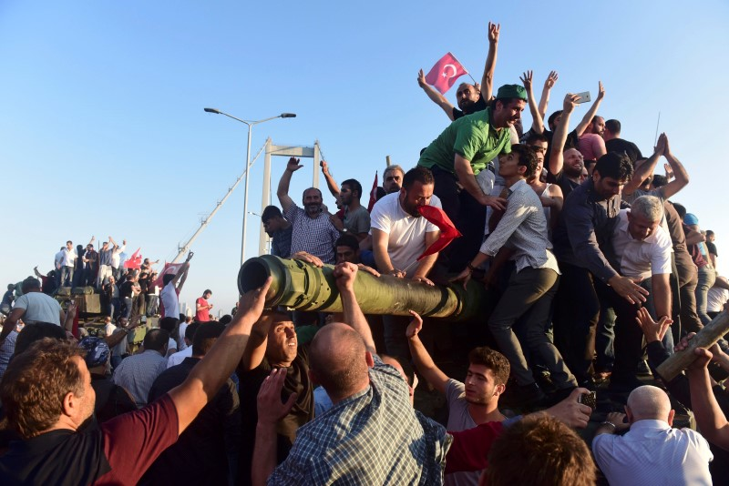 Supporters of Tukish President Tayyip Erdogan celebrate after soldiers involved in the coup surrendered on the Bosphorus Bridge in Istanbul, Turkey July 16, 2016. REUTERS/Yagiz Karahan