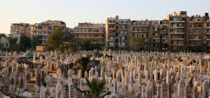 An over-crowded graveyard is pictured in the rebel held al-Shaar neighbourhood of Aleppo, Syria October 6, 2016. REUTERS/Abdalrhman Ismail