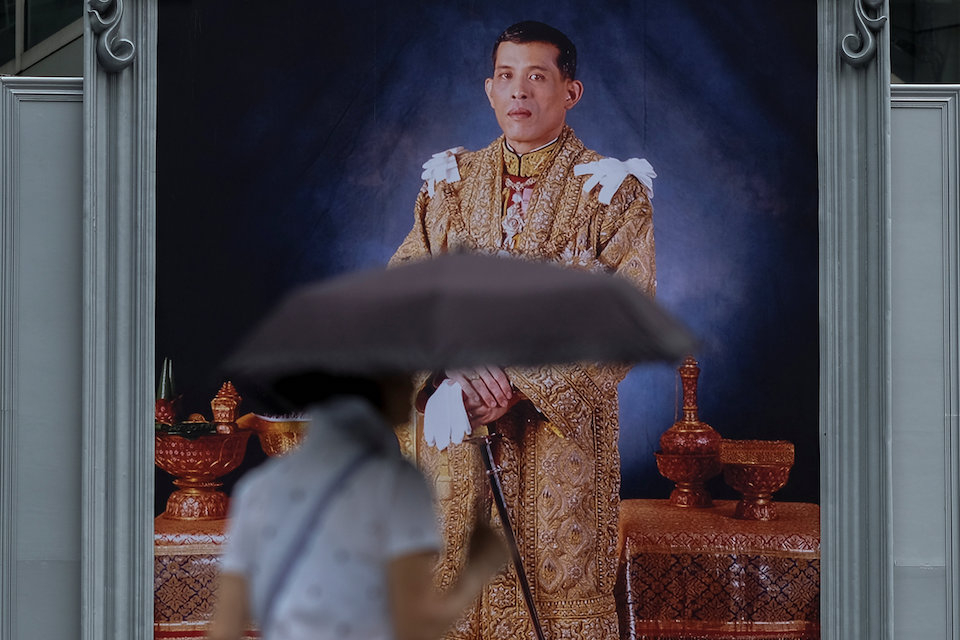 A woman walks past a portrait of Thailand's King Maha Vajiralongkorn Bodindradebayavarangkun at a department store in central Bangkok, Thailand January 13, 2017. REUTERS/Athit Perawongmetha