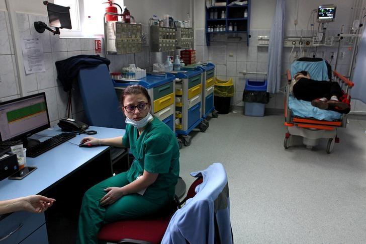 Medical staff work in the emergency ward (UPU) in Cluj-Napoca, Romania, December 10, 2016. REUTERS/Andreea Campeanu